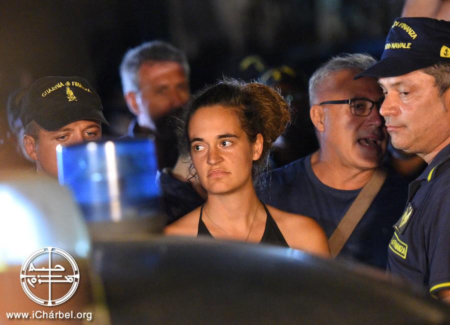 Carola Rackete, 31 años, en el momento de su detención (Guglielmo Mangiapane /Reuters)