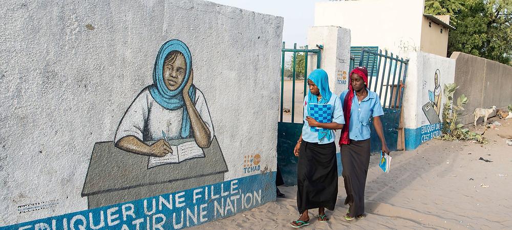 ONU/Eskinder Debebe Niñas regresan a casa después de clases en Chad.