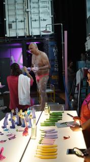 """Dusche und Laborutensilien für den Film: """"Art Of Love"""" 2020"""