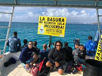Grupo de buzos realiza recogido de basura del fondo del mar en Icacos y Palomino