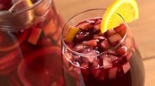 אירוח עם אלכוהול ובזול: 5 טיפים איך לא לפשל  עם סנגריה (וגם מתכון)