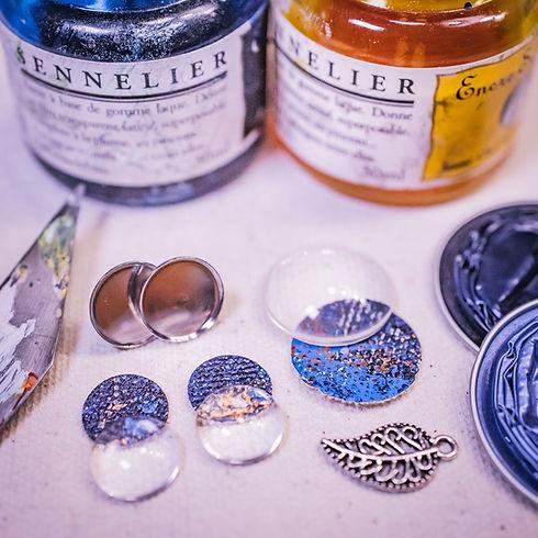Farben, Leinwand, Fassungen und Glaslinsen, so entstehen die Schmuckstücke beim Workshop