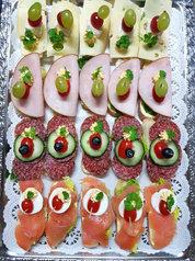 Gabelbissen mit Käse, Kochschinken, Salami, und Lachs