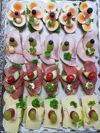 Gabelbissen mit Ei, Koschschinken, Lachsschinken und Käse