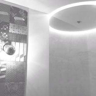 Dettaglio di una doccia con illuminazione incassata