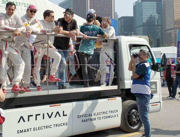 Arrival 初創是 Formula E 的合作伙伴,穿梭各國賽道,做車手「繞場專用車」。