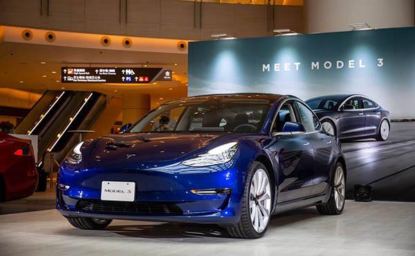 Tesla Model 3 在圓方公開展出,但只是左軚版本。