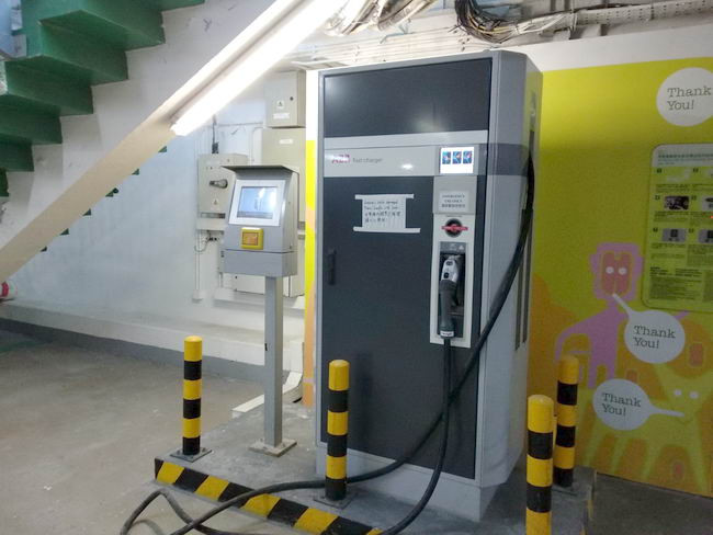 位於中環大會堂停車場內的快速充電器。