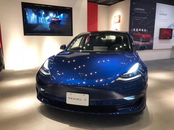 現在到灣仔 Tesla 零售店就可以睇到 Tesla Model 3,不過是左軚版本。