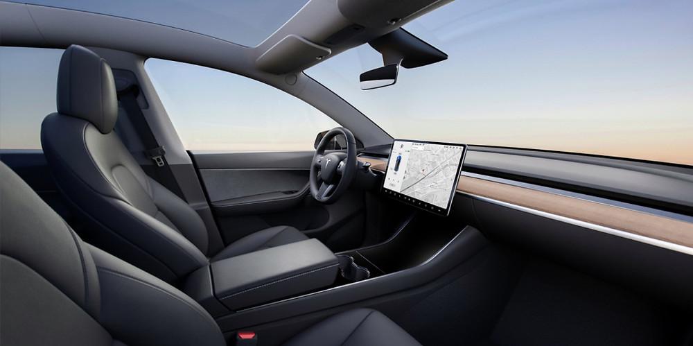 Tesla Model Y 都有特大天幕式天窗。