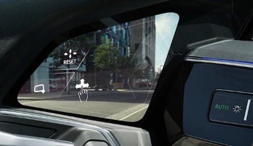 鏡頭拍到的影像,會實時傳送至車門的小屏幕中。