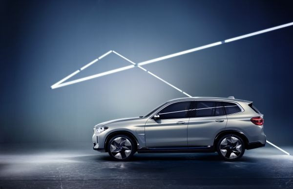 BMW iX3 跟新一代 X3 外形相若。