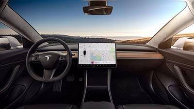 Tesla Model 3 的內裝設計偏向簡約。