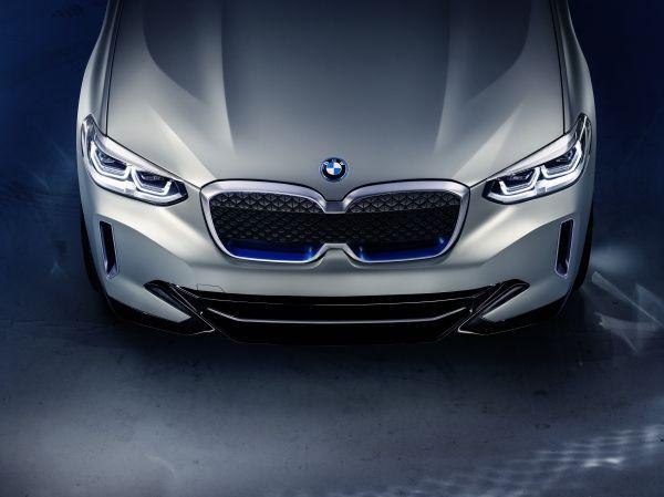 BMW iX3 的鬼面罩遠看似眼鏡。