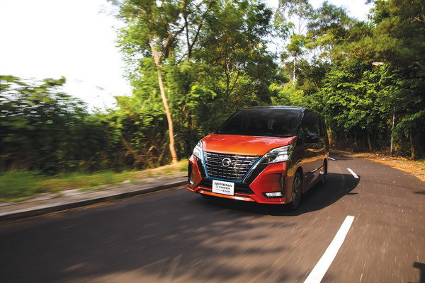 Nissan e-Power 用上全新鬼面罩,加上藍邊框凸顯 e-Power 身份。