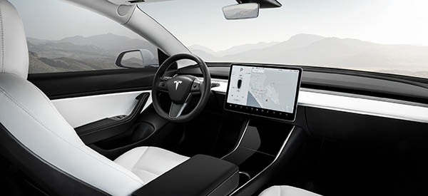 Tesla Model 3 的車廂設計極簡約,中控台就只有一個大屏幕,其他地方沒有任何按鍵。