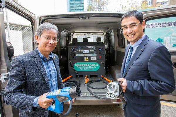 生產力局總裁畢堅文(右)與香港汽車會會長伍成業,一起拿著智能流動電動車充電系統的充電插頭合照。。