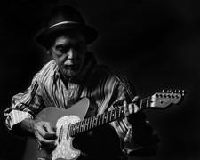 _MG_2270 v4 - Guitar Player - B&W to Pri