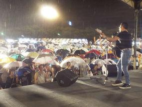 雨の中での英二の熱唱.JPG