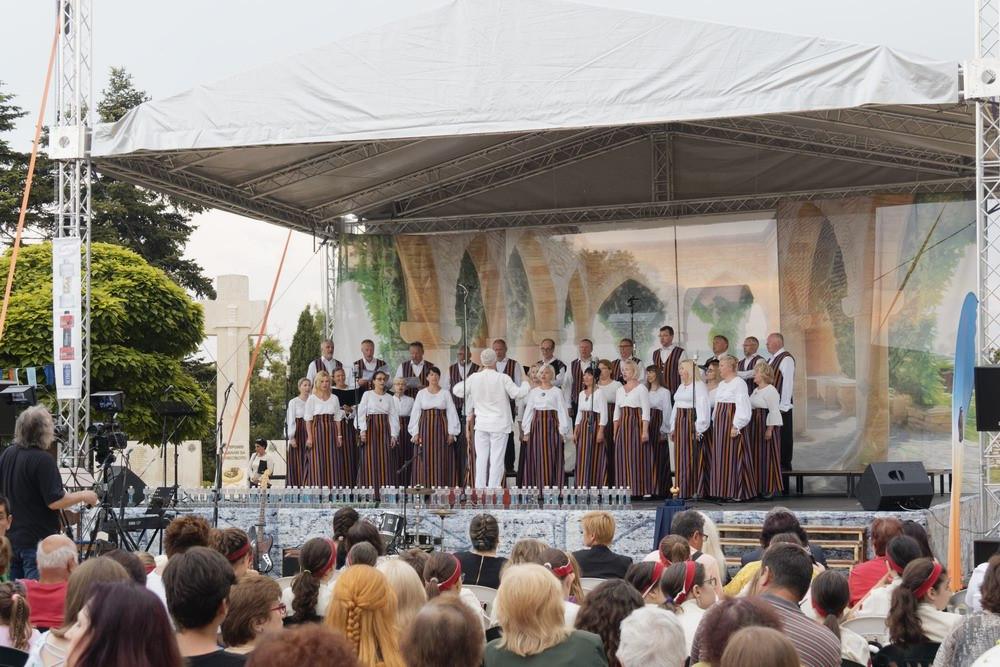 Choir Bal. 1.jpg