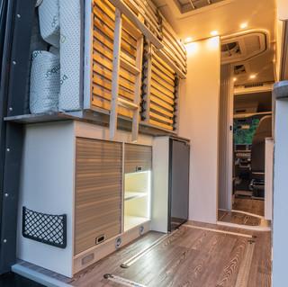 Stauraum und Kühlschrank hinten