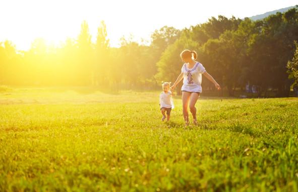 En diversos estudios clínicos, con un total de 17000 sujetos investigados, tratados con extracto de Hedera Helix, tanto en adultos y niños, demuestran que una alta seguridad y el efecto adverso más severo reportado fue dermatitis alergicas. Por otro lado se reporto eventos adversos de indole gastrointestinal.