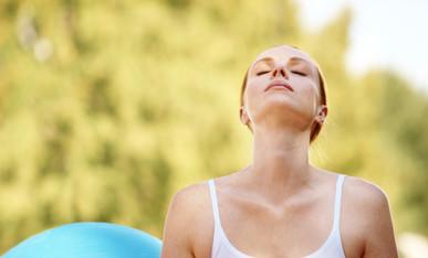 Anticongestionante, al reducir la viscocidad del moco producido, promueve el vaciado de los senos paranasales