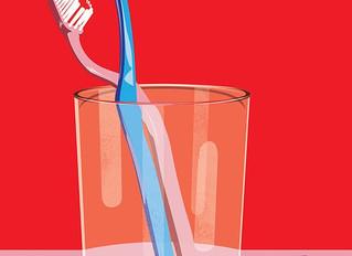Какой рукой нужно чистить зубы?