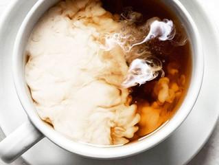 Почему чай стали пить с молоком и полезно ли это для зубов?