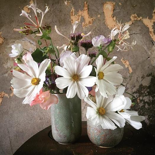 Vit rosenskära, rosa luktärt och kaprifol. Allt plockat i trädgården. Blomkärlek. Att få komponera egna blomsterarrangemang är så¨roligt! Om du vill ha blomsterdekorationer till din fest så hör bara av dig så fixar jag så det blir precis som du vill ha det. Du är också välkommen till gården i samband med beställningen så kan du titta, känna och lukta på blommorna och sen välja dina favoriter du vill ska ingå.