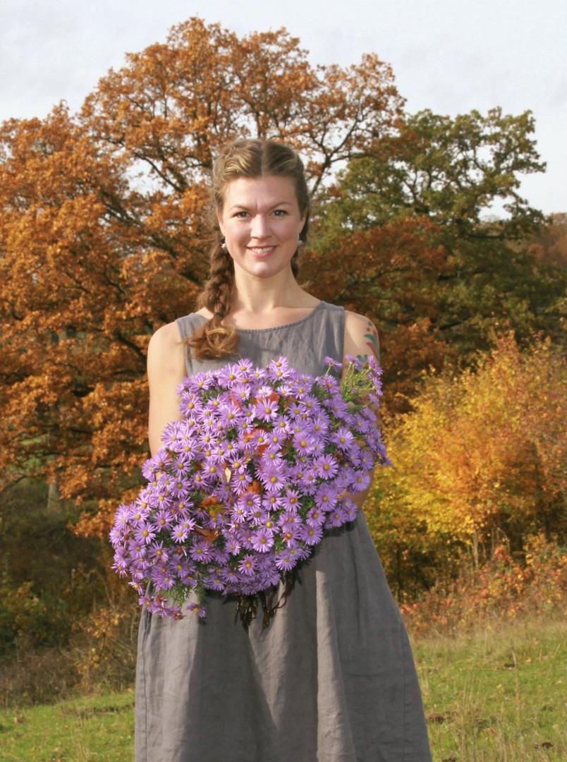 Här är jag, Britta Levin. Glad blomsterbonde i ekbacken ner mor Rönne å. En så vacker plats. Trygg med sina stora gamla ekar, den slutta nde naturbetesmarken och så ån som ständigt rinner förbi där nere.