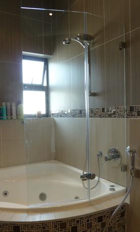 Bath screen on curved bath