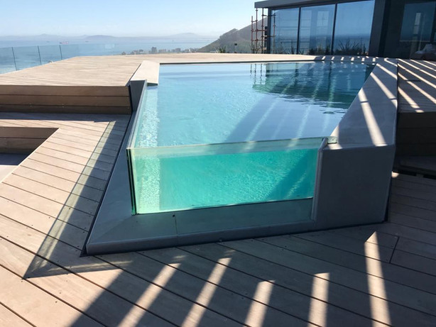 Glass pool corner