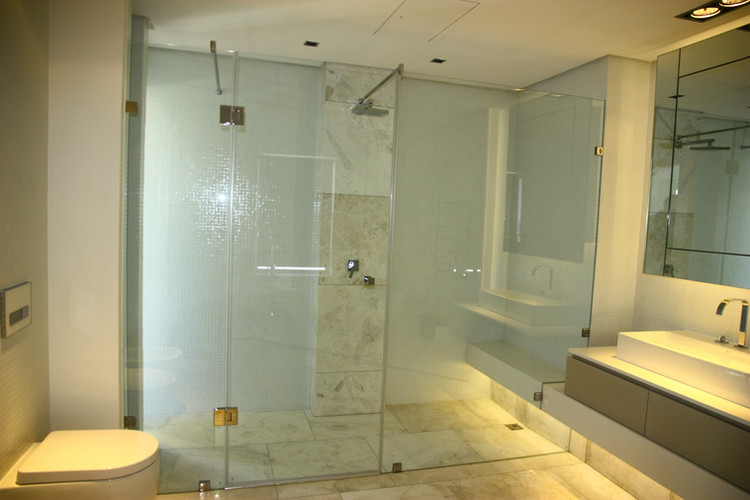 Shower with 2x Inline panels and stabliser bars