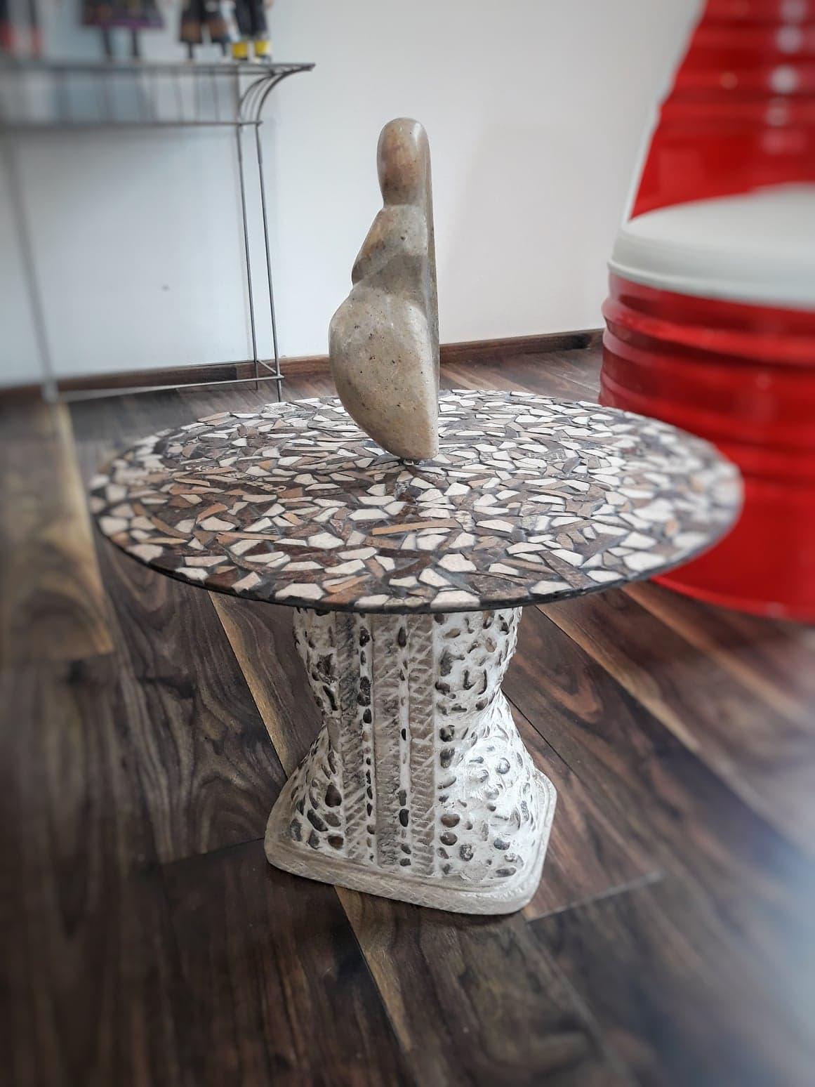 Table basse avec sculpture