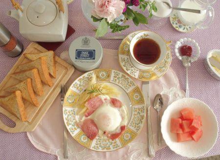 時には洋風スタイルの朝食で