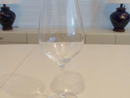 ツヴィーゼル・クリスタルグラス社のグラス ワイングラスの向こう側