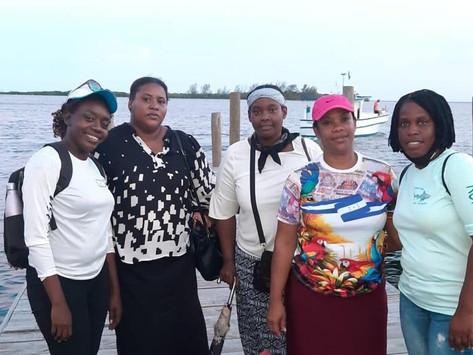 Damas de Roatán llevan panes tradicionales a damnificados de Guanaja.