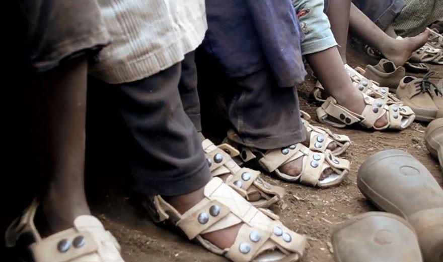 sandalia-ajustable-ninos-pobres-calzado-crece-kenton-lee-2.jpg