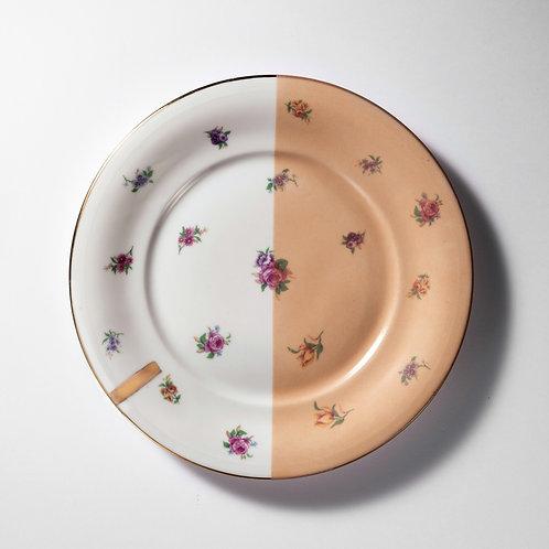 Assiette plate rose motif coupée en deux