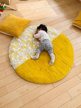 せんべい座布団でおひるね💤 お昼寝のときはいつもせんべい座布団🍘  持ち運びも簡単だから ママの目が届くところに持って行って そこで遊べるようにもしています(^p^)