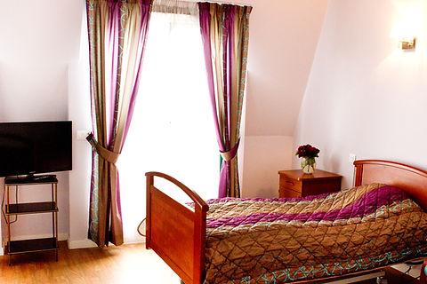 Grande chambre individuelle, chambre lumineuse, chambre adaptée aux personnes âgées à Colombes, chambre équipée de salle de bain