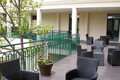 Terrasse, moments conviviaux EHPAD, maison de retraite avec Jardin et Terrasse à Colombes, accès extérieur pour personnes âgées dépendantes