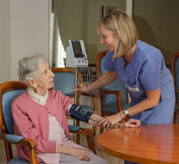equipe formée, équipes motivées, bienveillance, bientraitance EHPAD, maison de retraite familiale, soins adaptés, prise en charge médicale