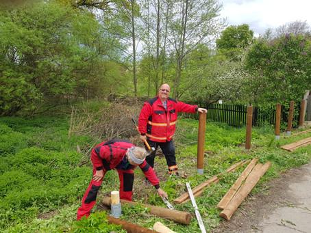 Dřevěný plot u silnice - rybníka hotový