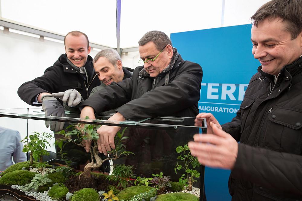 Jean Paul Bret Maire de Villeurbanne plante un bonsai avec Bouygues Immobilier et Metropole de la Ville de Lyon
