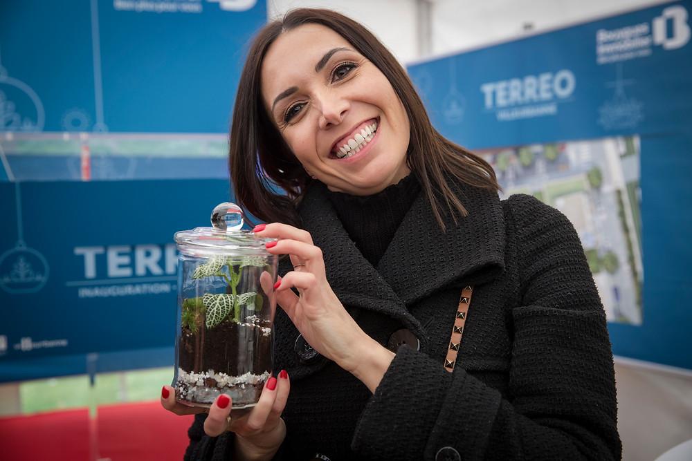 Participant souriant après avoir crée un terrarium dans evenement entreprise à Villeurbanne