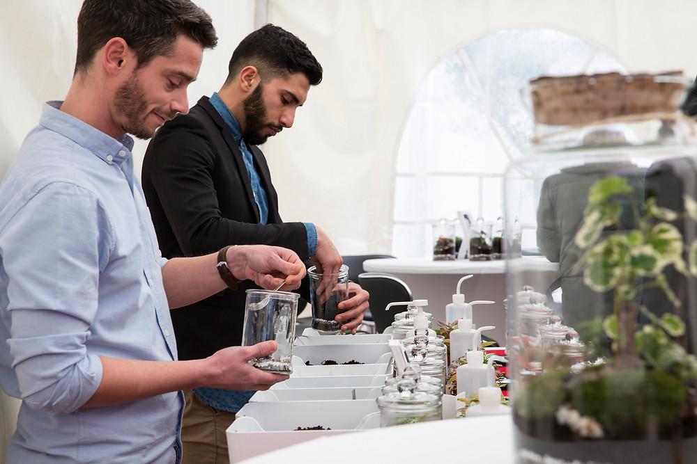 Equipe Onno crée des terrariums dans le cadre d'un evenement entreprise