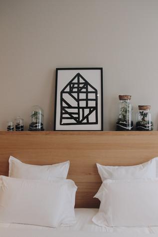 Terrariums dans une chambre d'hôtel au dessus d'un lit à Lyon, Rhône Alpes France