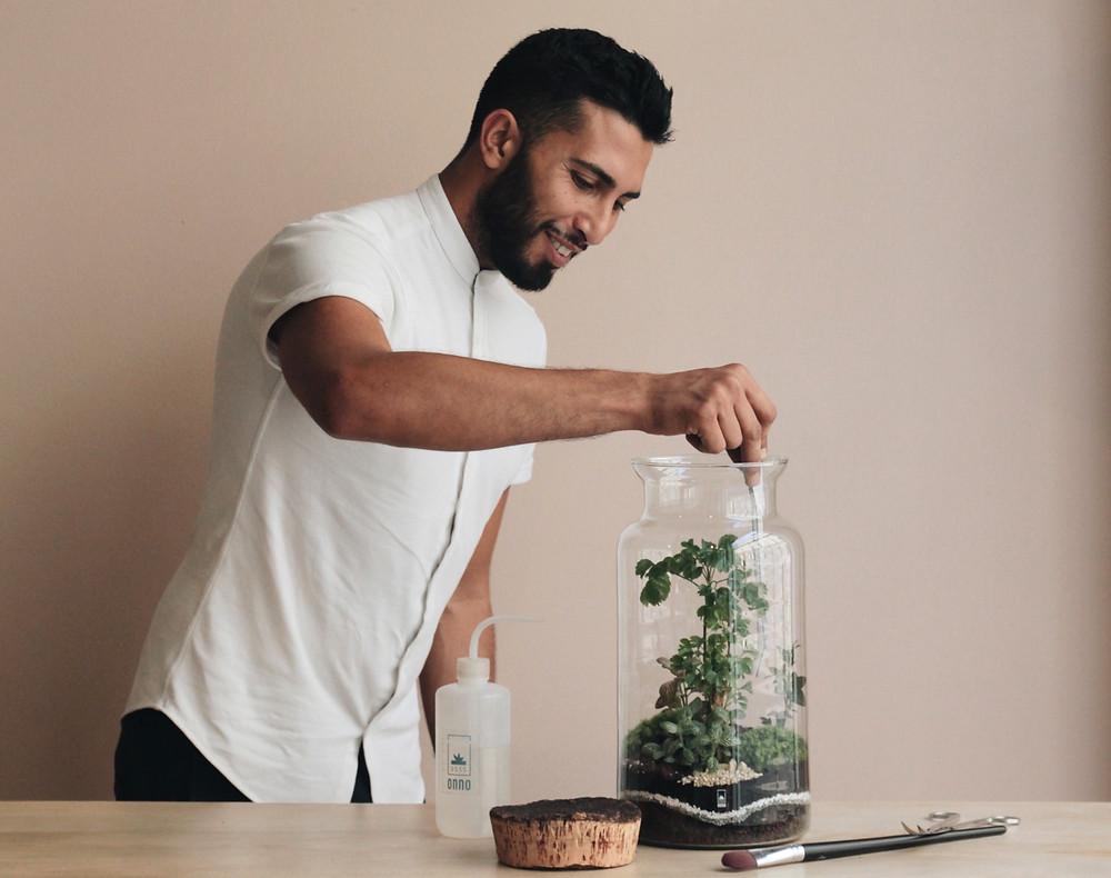 Levent Uzun réalise un terrarium lors d'un atelier DIY avec Onno à Lyon France
